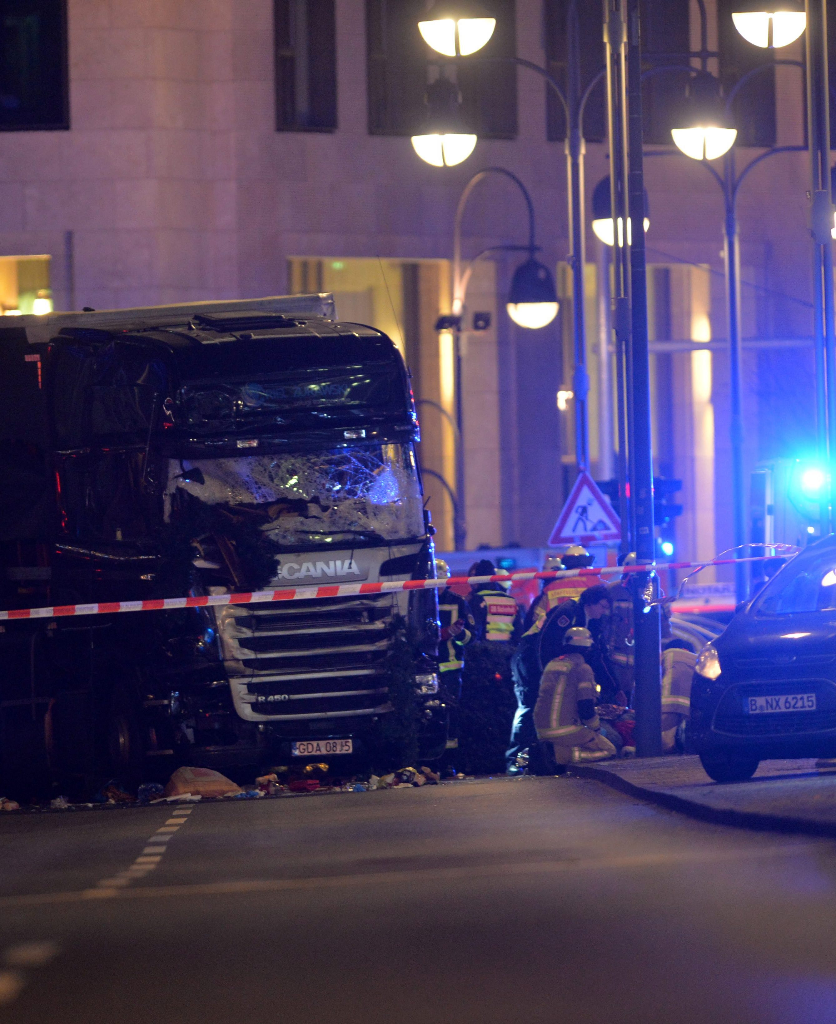 Девет души са убити и най-малко 50 ранени на Коледния базар в Берлин след като камион се вряза сред множеството. Това съобщиха от полицията в града. Инцидентът стана в центъра на западната част на града. Шофьорът на камиона е избягал и се издирва.
