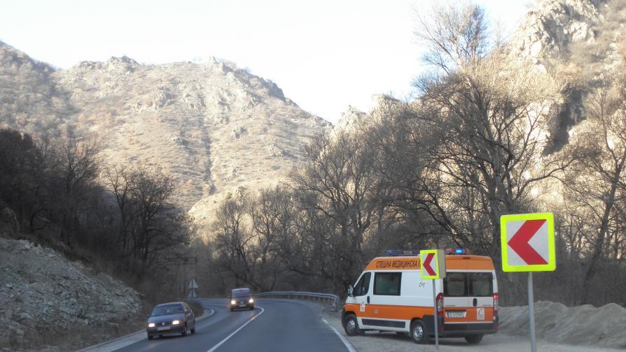 Кола се блъсна в тир, един загинал, трима ранени