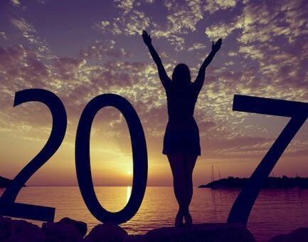 """Целунете се в полунощ - Почти в целия свят има вярване, че ако се целунете в полунощ на Нова година, тогава топлината и любовта ще продължат през цялата година. Противно на това, ако не се целунете точно в полунощ, тогава рискувате годината да бъде неблагоприятна и """"студена""""."""