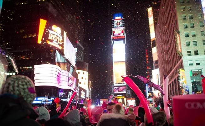 """Спускането на топката в новогодишната нощ на """"Таймс Скуеър""""."""