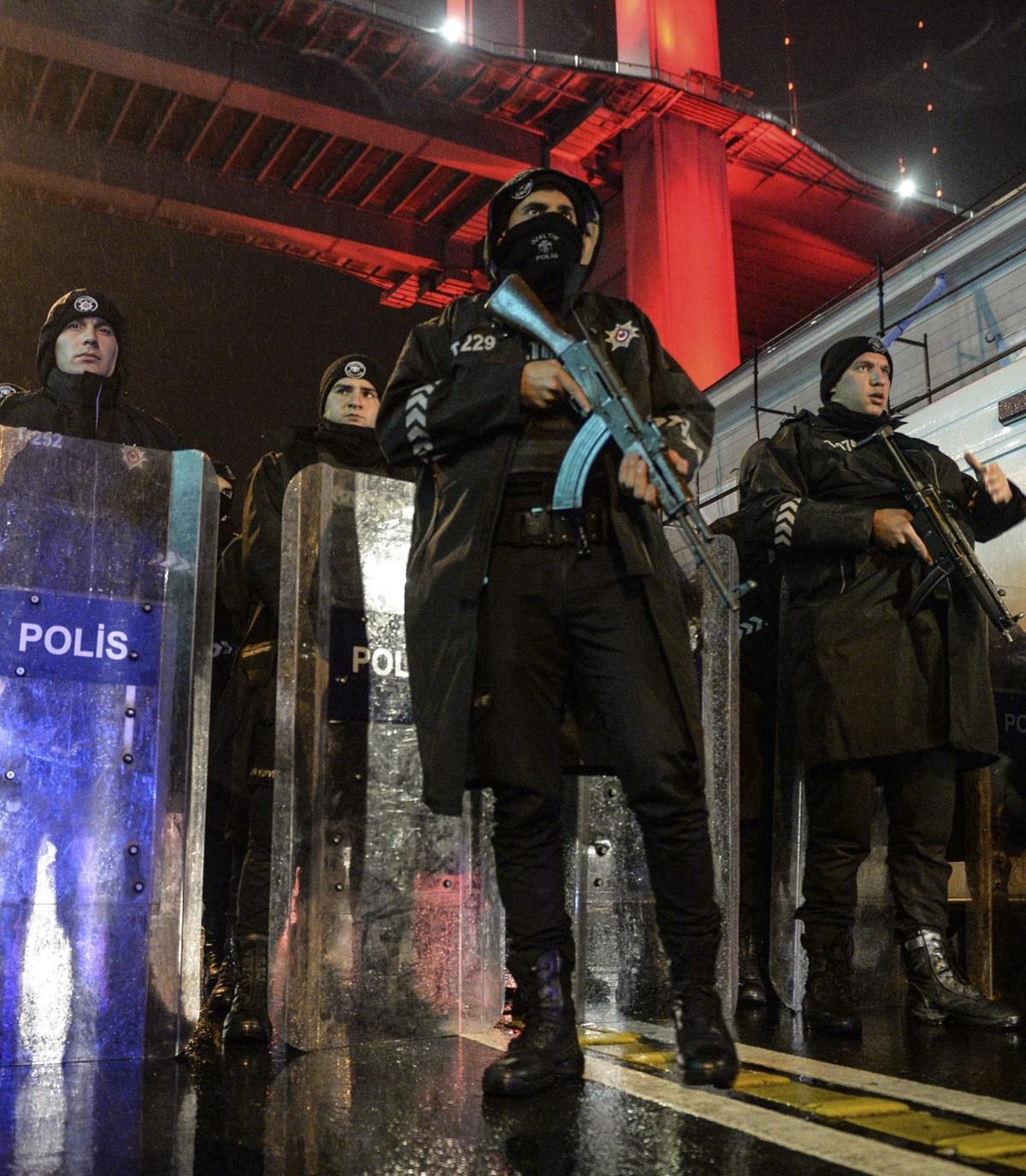 При въоръжено нападение в нощен клуб в Истанбул в новогодишната нощ загинаха 39 души, включително 16 чужденци, а броят на ранените е 69, от които четири са в тежко състояние. Атаката е била извършена от мъж, дегизиран като Дядо Коледа