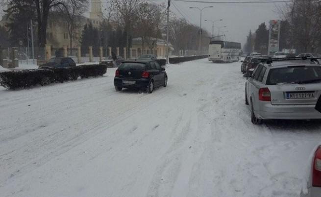 Магистралата за Ниш е затворена поради влошената пътна обстановка и обилен снеговалеж. По данни на СБА колите биват връщани обратно към България. Ако не е крайно наложително, отложете пътуването си през Калотина за Сърбия