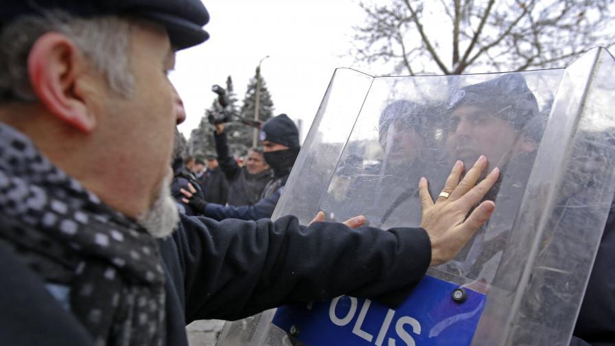 Спряха протест в Турция с водни оръдия и сълзотворен газ