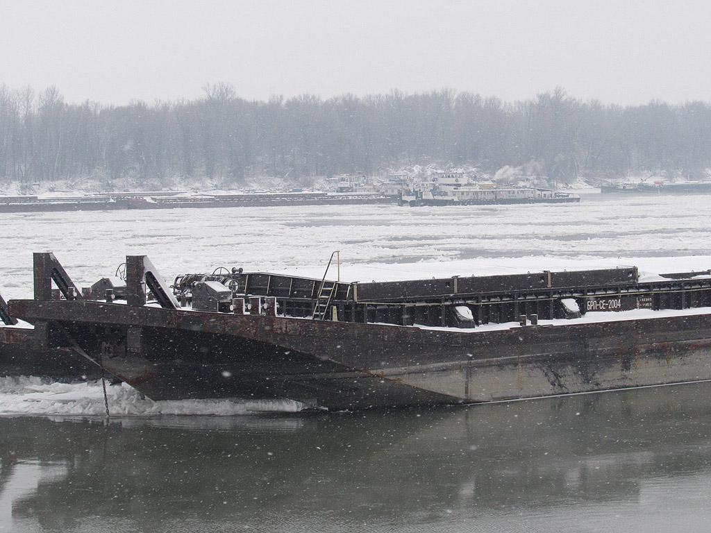 """Забраниха от днес корабоплаването по река Дунав в българо-румънския участък, съобщиха от дирекция """"Речен надзор"""" в Русе. Решението е съгласувано с дирекцията в Лом и с румънската страна, където ледоходът на места е 100 процента."""