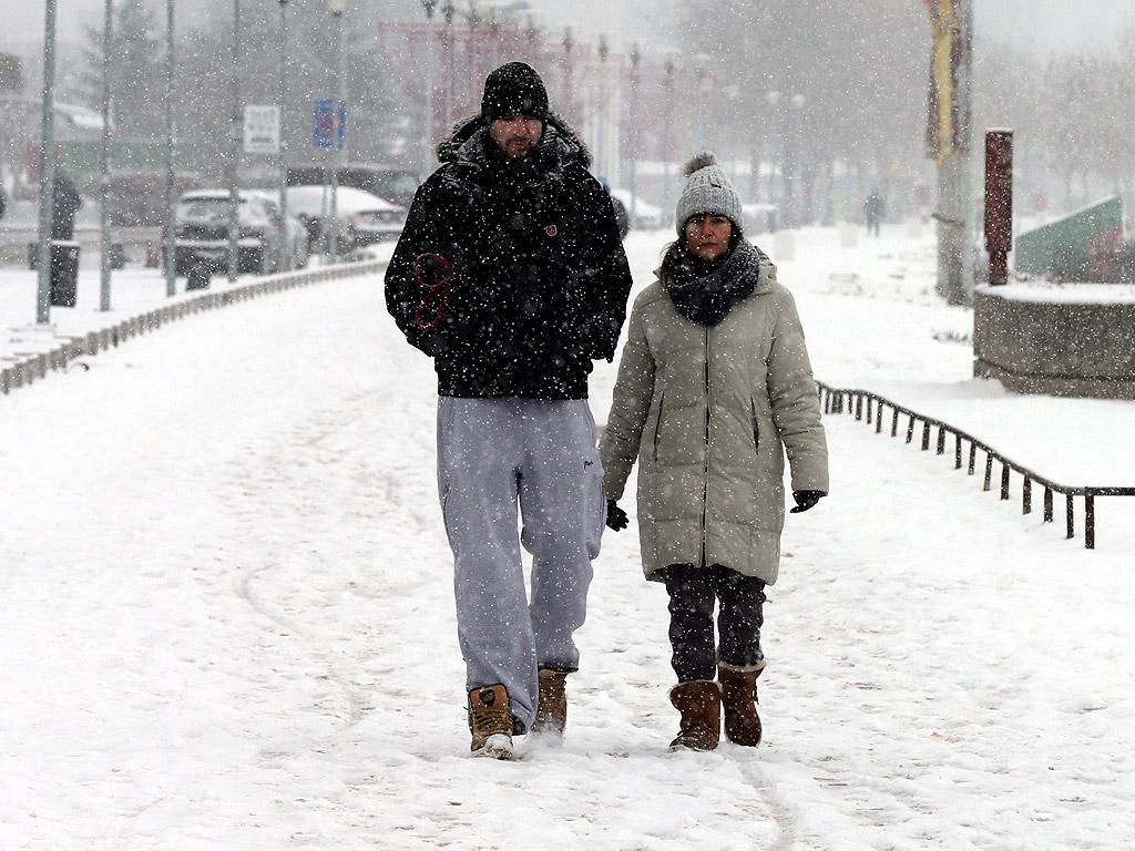 В Сърбия корабоплаването е забранено от два дни заради силния вятър и леда.