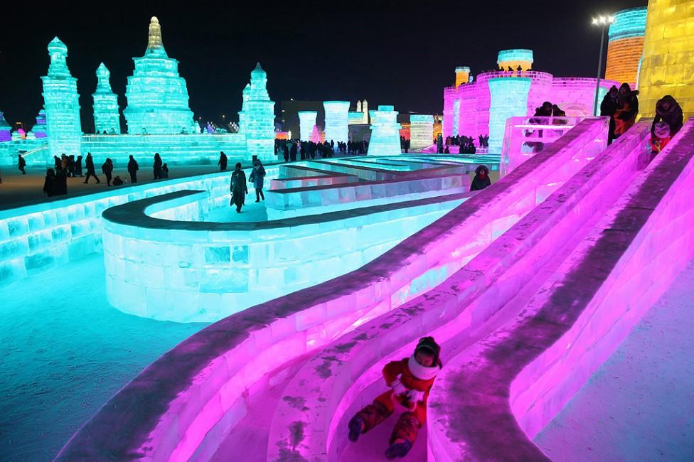 - Хора посещават скулптури от лед осветени от цветни светлини на 33-ия Международен фестивал на леда и снега в град Харбин в китайската северна...