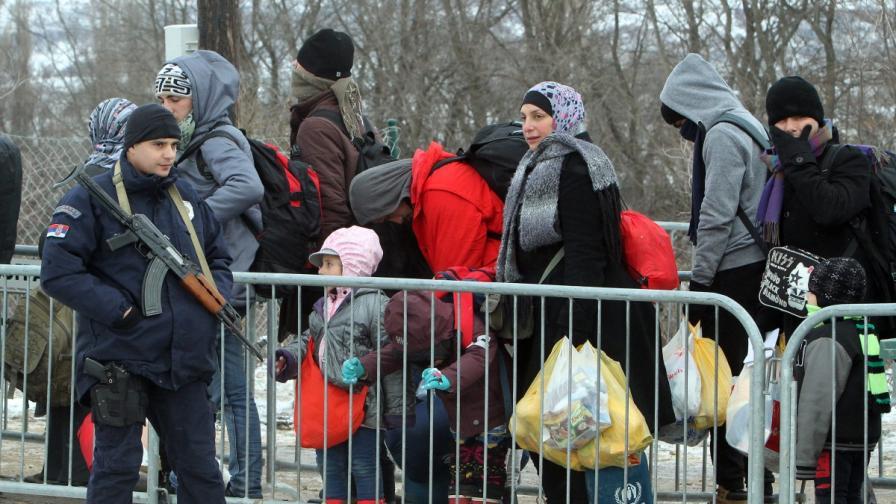 Еврокомисар: ЕС може да принуди членките си да приемат бежанци