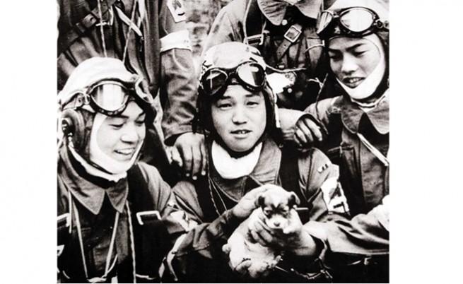 Младежи камикадзе се радват на малко кученце в деня преди последната си мисия