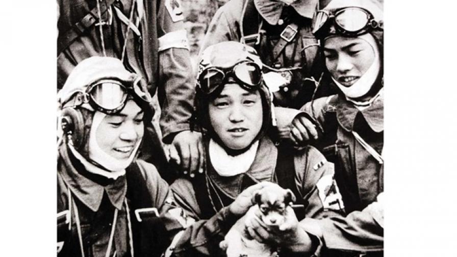 Деца камикадзе се радват на кученце в последните си дни
