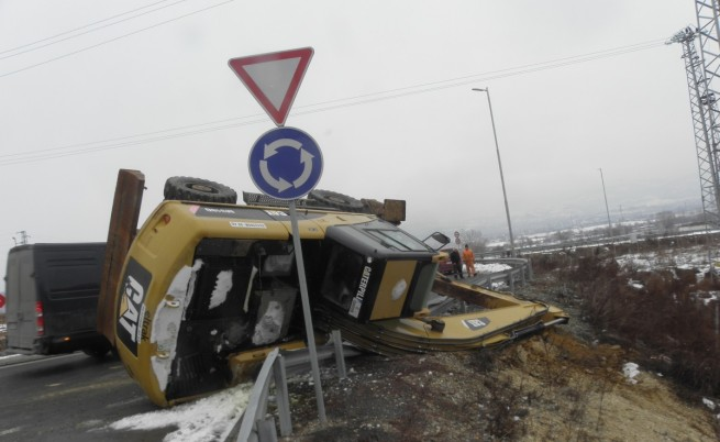 """Багер падна от платформа на АМ """"Струма"""
