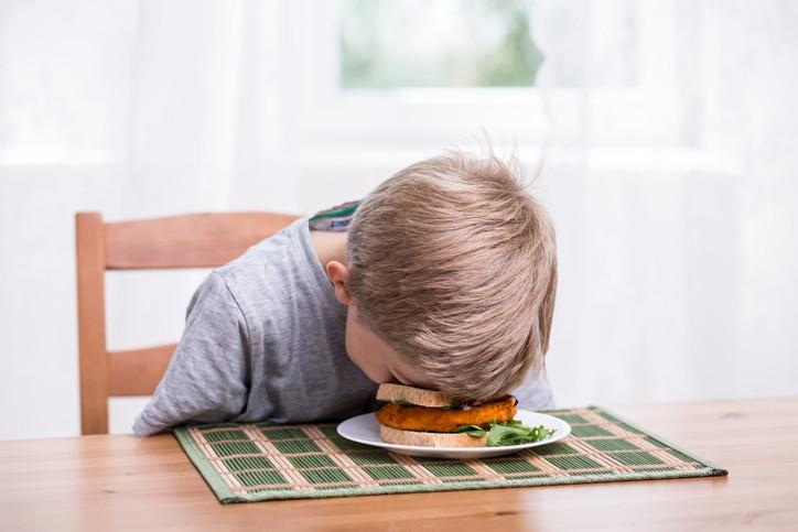 1. Времето за ядене се спазва - Гръцките родители настояват децата им да ядат колкото се може повече. Вярват, че храната дава сили и затова не трябва да се оставя и една хапка в чинията, защото силата ще ги напусне. Гръцките родители учат децата си, че времето за хранене е също така социално събитие за цялото семейство, т.е. тогава цялото семейство се събира и се водят много разговори. Дори гръцките деца да са цял ден извън дома си и да са с приятели, нормално е да им кажат, че трябва да се приберат вкъщи за вечеря и после пак ще излязат.