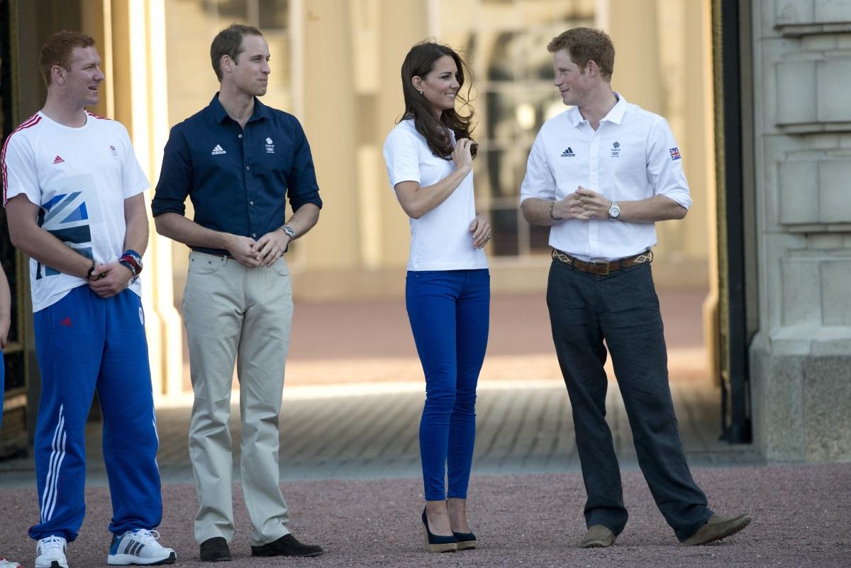 Кейт Мидълтън със сини джинси за 45 долара по време на донасянето на Олимпийския огън в Бъкингамския дворец. През 2012 г. Лондон беше домакин на Летните олимпийски игри.