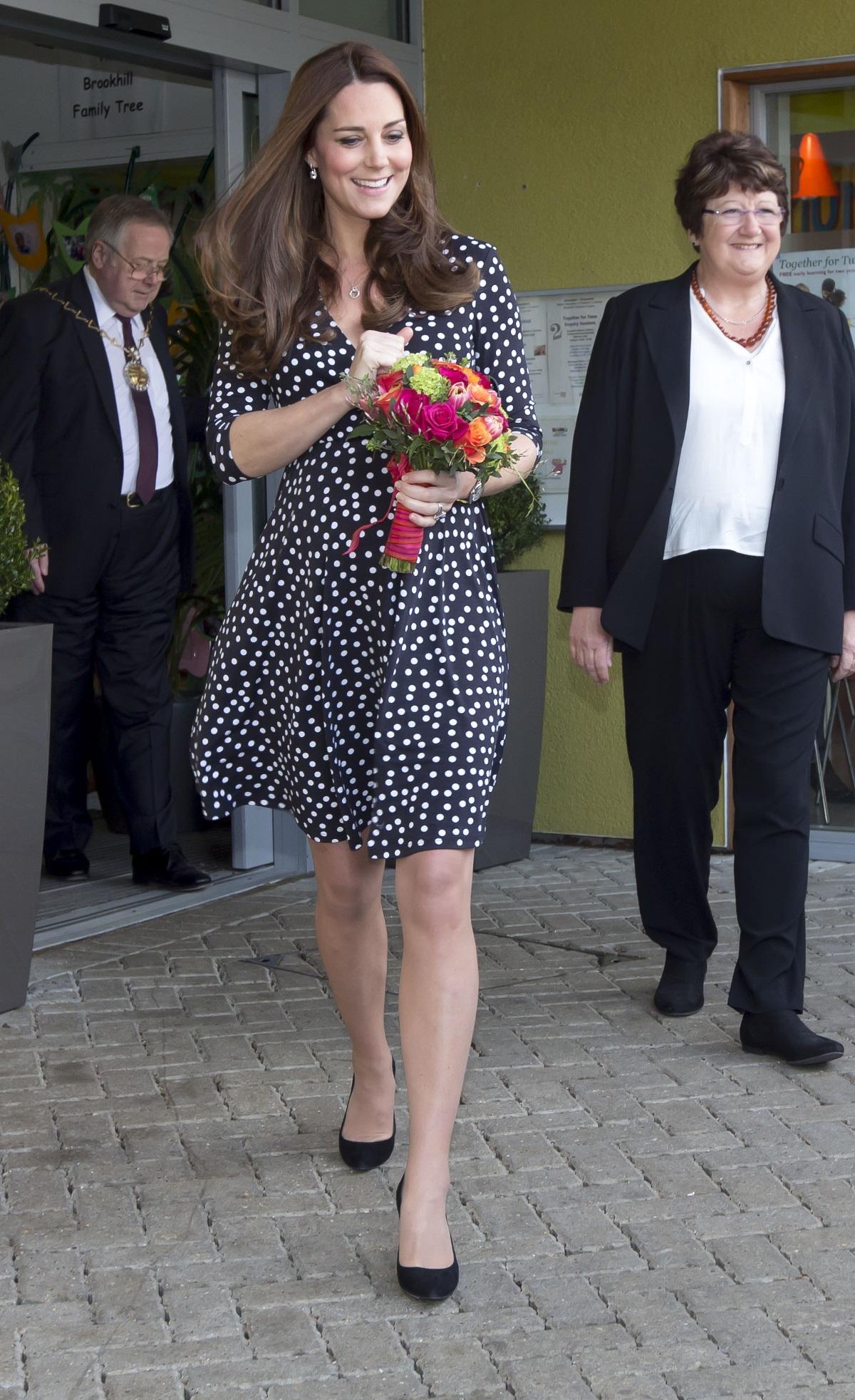 """През 2015 г. Кейт Мидълтън посети център за деца """"Бруукхил"""" в Лондон, облечена с рокля за 59 долара."""