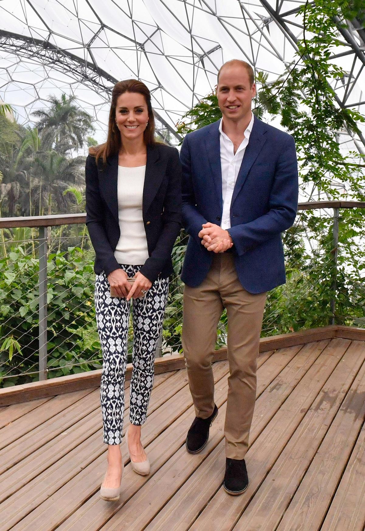 Кейт Мидълтън носи панталони за 23 долара по време на посещението си в графствоКорнуолл,заедно със съпруга си през септември 2016 г.