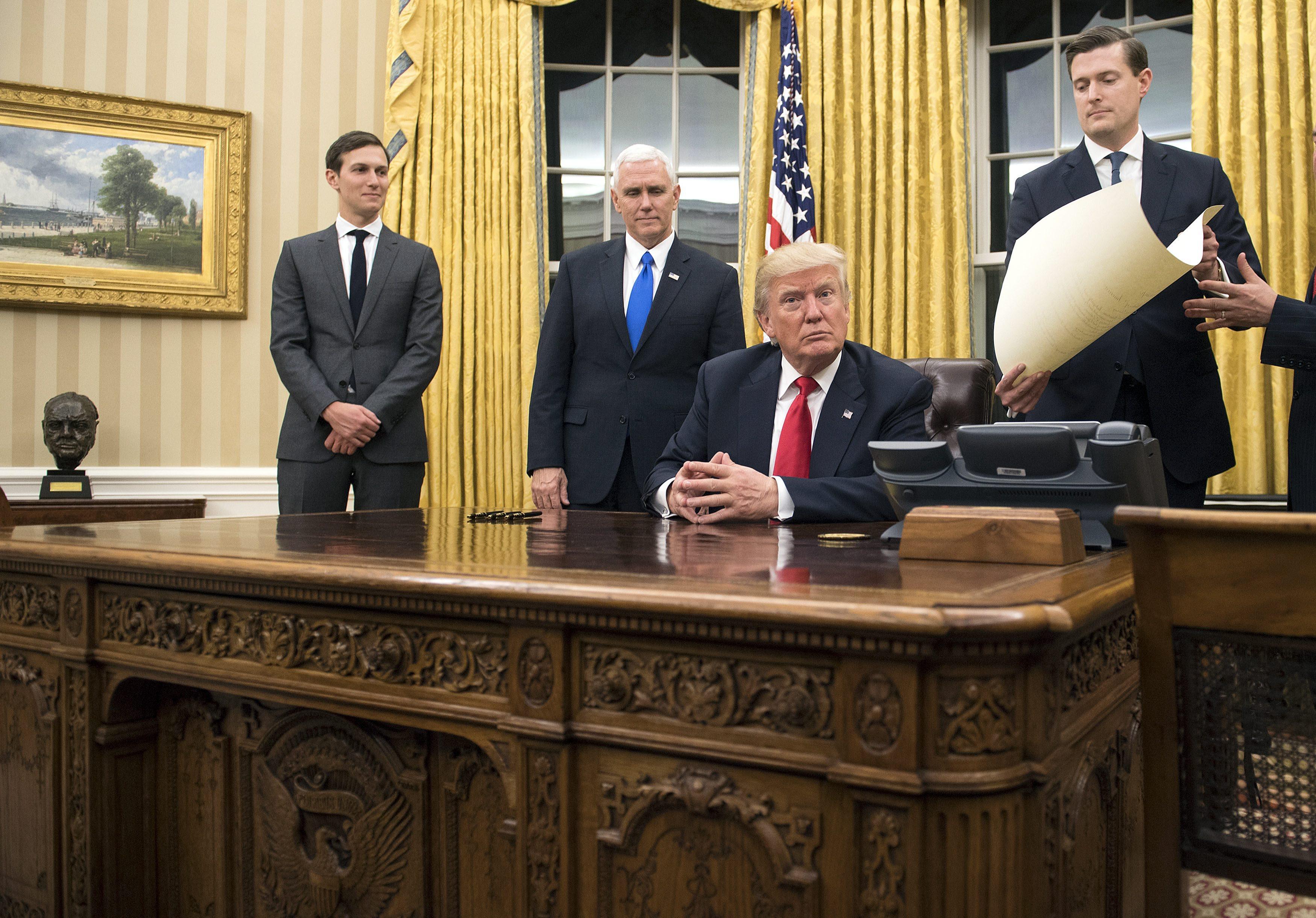 Промени имаше от пода до тавана. Вече го няма големия килим с вплетени в него цитати на предишни американски президенти, който беше в Овалния кабинет по време на президентството на Барак Обама. Килимът е заменен с друг, който е златист и с украса в краищата му. Той напомня килима с украса от слънчеви лъчи, който бе в Овалния кабинет при президентството на Джордж У. Буш. Пердетата, които часове по-рано бяха пурпурночервени, сега също са златисти.