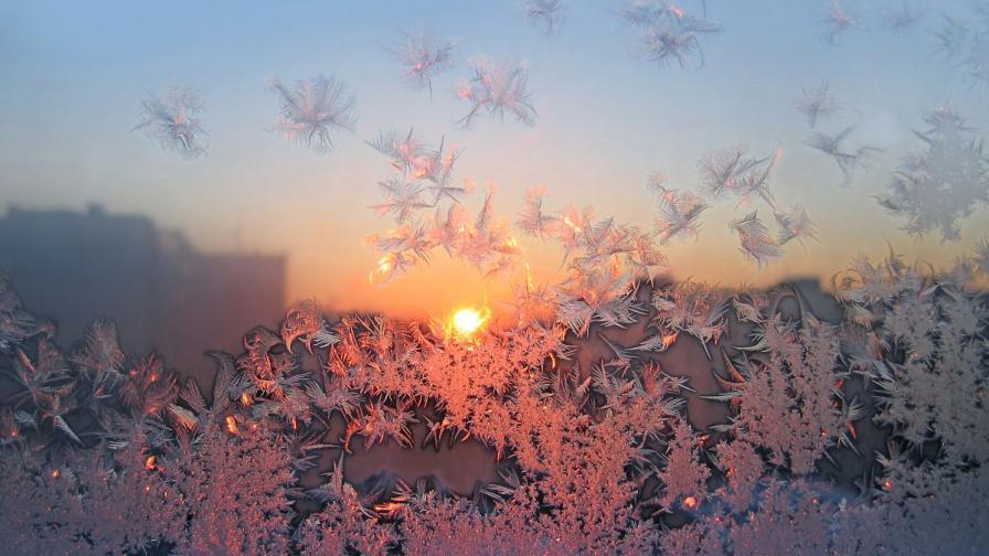 <p>Студ сковава страната с екстремно ниски температури</p>