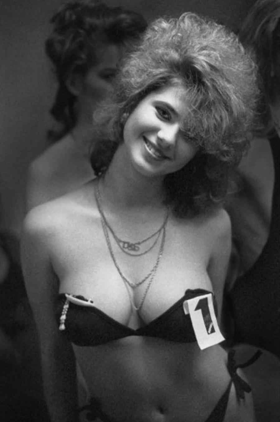 Тази усмихната дама показва една типична прическа за 80-те години.