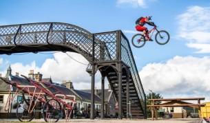 Велосипедът, който преодоля най-иновативните пречки