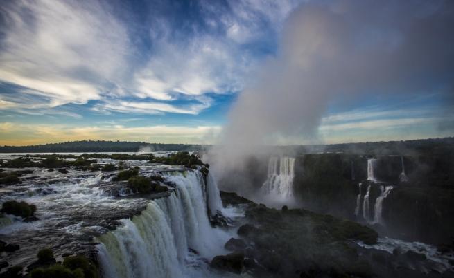 С парапланер над водопада Игуасу