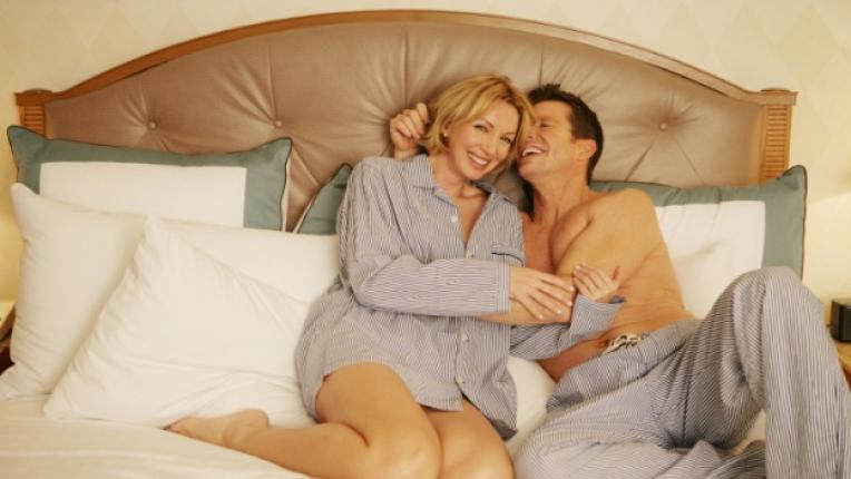 спалня пижама спане легло сексапилен вид сън