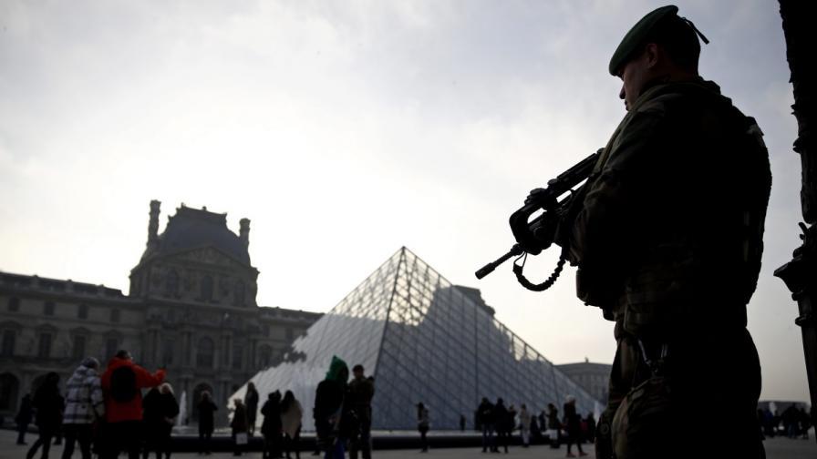 """Терор пред Лувъра, мъж с мачете крещи """"Аллах Акбар"""""""