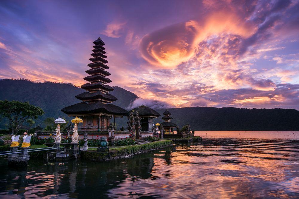 """ЛЪВ<br /> <br /> Според астрологията, лъвовете обичат онези места, в които могат да се чувстват """"величествени, царствени и истински себе си!""""Ето защо Бали, Индонезия, перфектно приляга на тяхната личност. Островътпредлага някои от най-луксозните и удовлетворяващи спа центрове, места за отдих и уелнес удоволствия - напълно подходящи за огнения и роден за лидерство представител на зодията."""