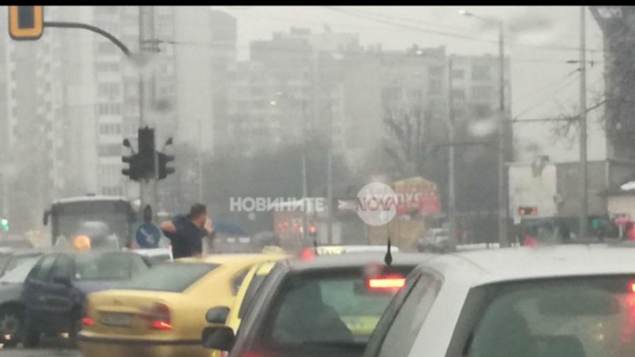 Шофьор регулира сам движението в София в час пик