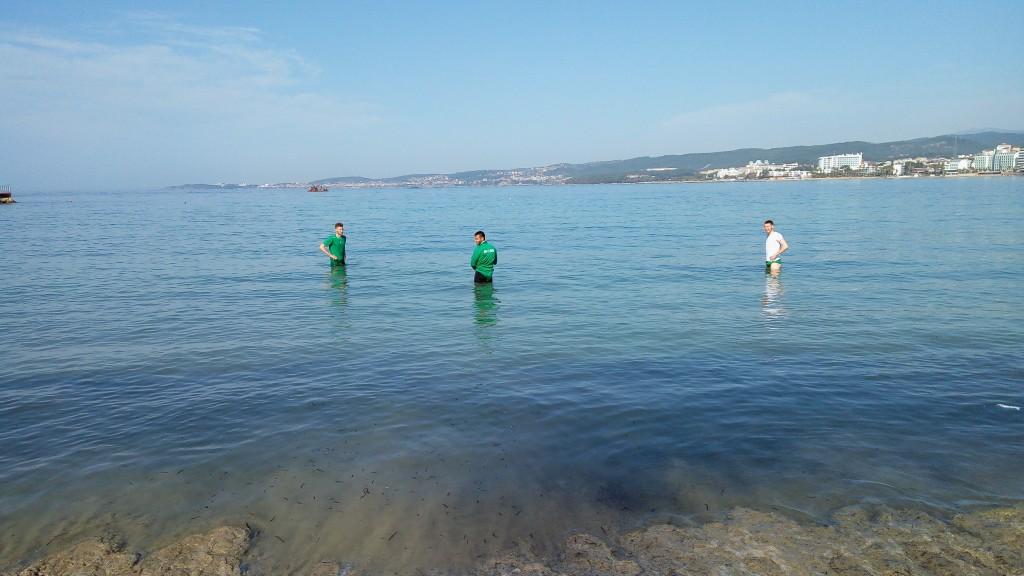 Футболистите на Пирин влязоха в морето<strong> източник: Стефан Дамянов/Gong.bg</strong>