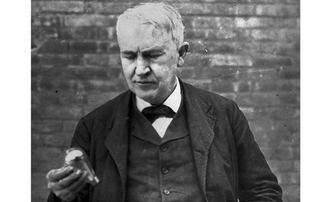 Томас Едисън държи електрическа крушка
