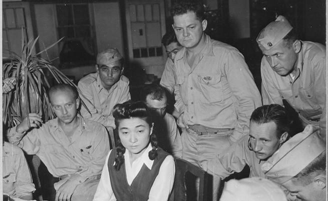 Кореспонденти интервюират Ива Тогъри през 1945 г.