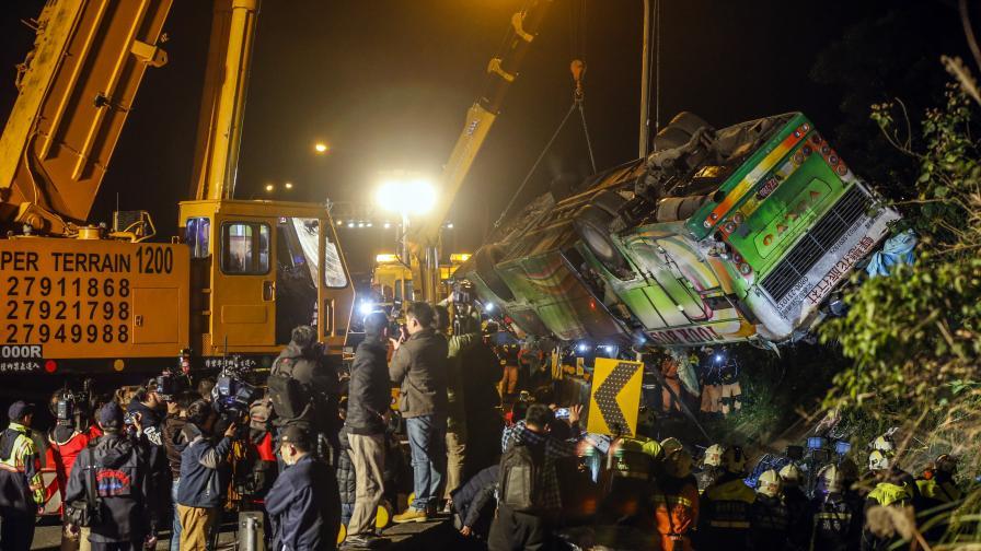 Десетки пътници загинаха в автобус в Тайван