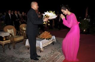 Анджелина Джоли на специална церемония по време на посещението с в Камбоджа