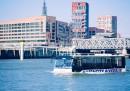 Вижте как автобус се движи по реката в Хамбург