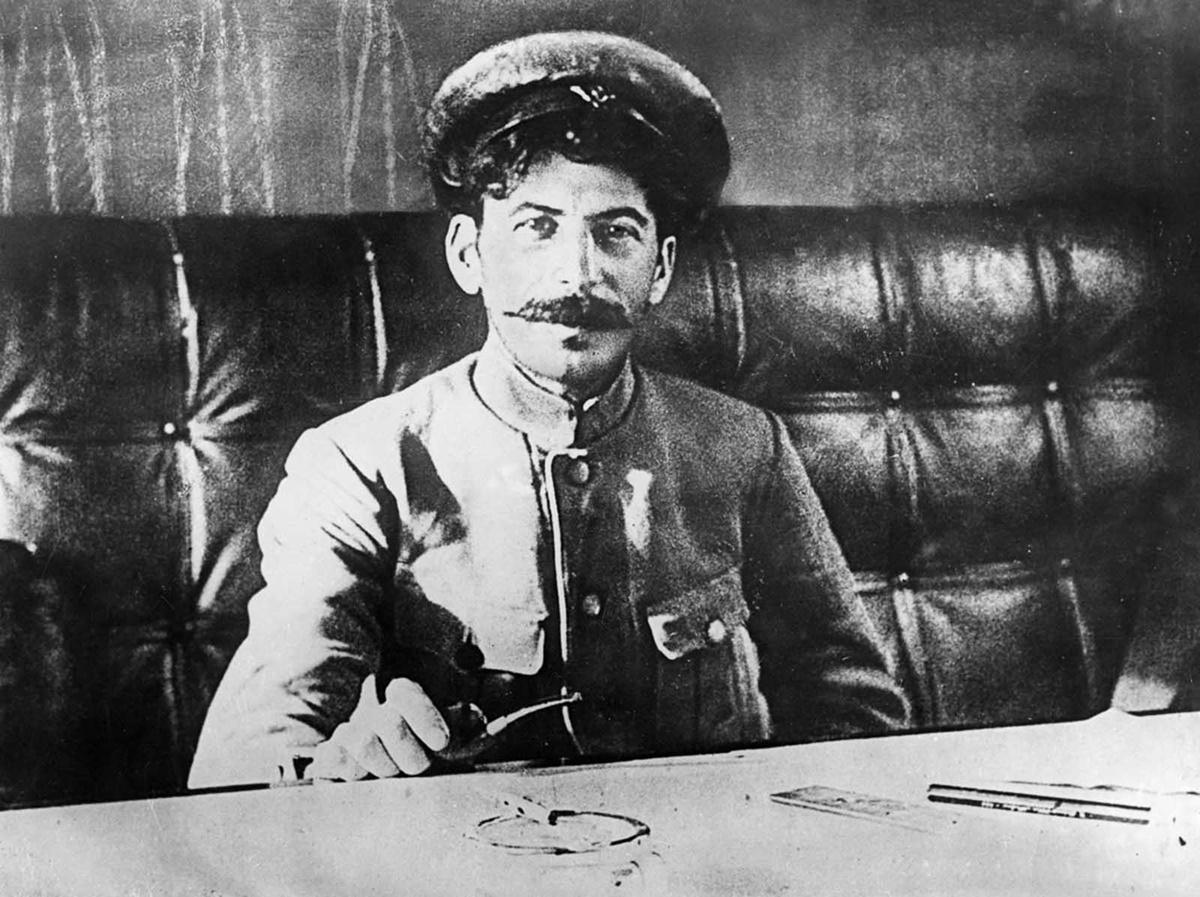 Заради инцидент с файтон, който претърпява като дето, лявата му ръка е трудно подвижна и това го лишава от правото да участва в Първата световна война.