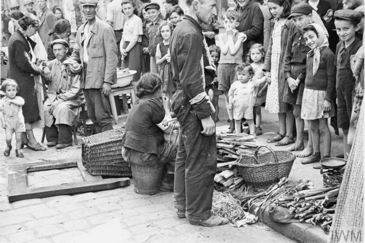 На 2 октомври 1940 г. Лудвиг Фишер, губернатор на варшавската област в окупирана Полша, подписва официална заповед за обособяване на еврейски квартал във Варшава.