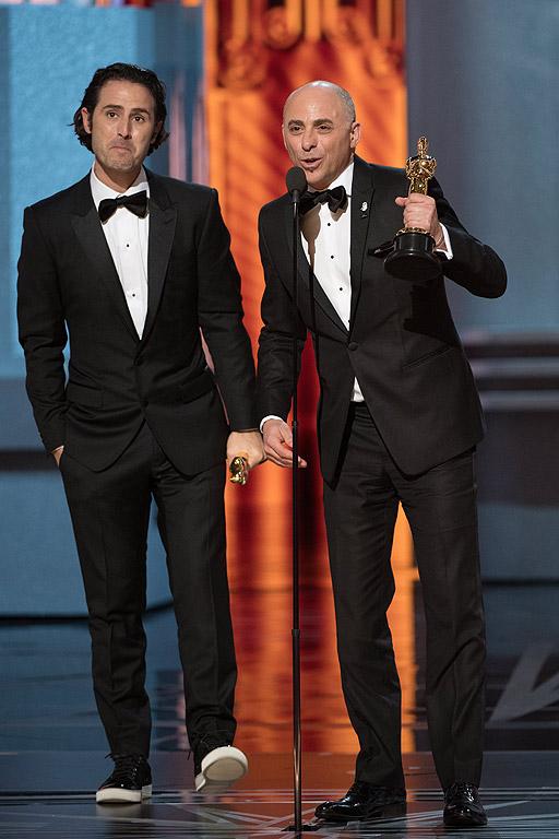 """Най-добър късометражен анимационен филм """"Свирчо"""" (""""Piper"""") Алън Бариларо и Марк Зондхаймър спечели награда """"Оскар"""" за най- добър късометражен анимационен филм. Сред номинираните за наградата беше и """"Сляпата Вайша"""" на Теодор Ушев."""