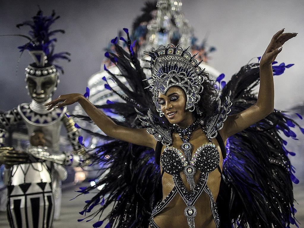В цяла Бразилия има пищни карнавални веселия. Школите по самба дефилираха по улиците на Рио де Жанейро. Властите очакват 1 милион туристи да посетят града