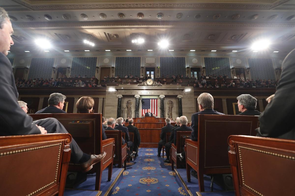 Президентът на САЩ Доналд Тръмп се изправи за пръв път пред Конгреса и призова за голямо преустройство на националната система на здравеопазване, за значително увеличаване на разходите за отбрана и за инвестиране на един трилион долара подобряване на рушащата се инфраструктура