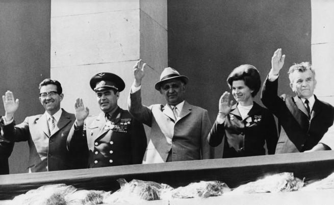 Валентина Терешкова на посещение в България през 1971 г. В средата на снимката е Тодор Живков, а Валентина е точно до него