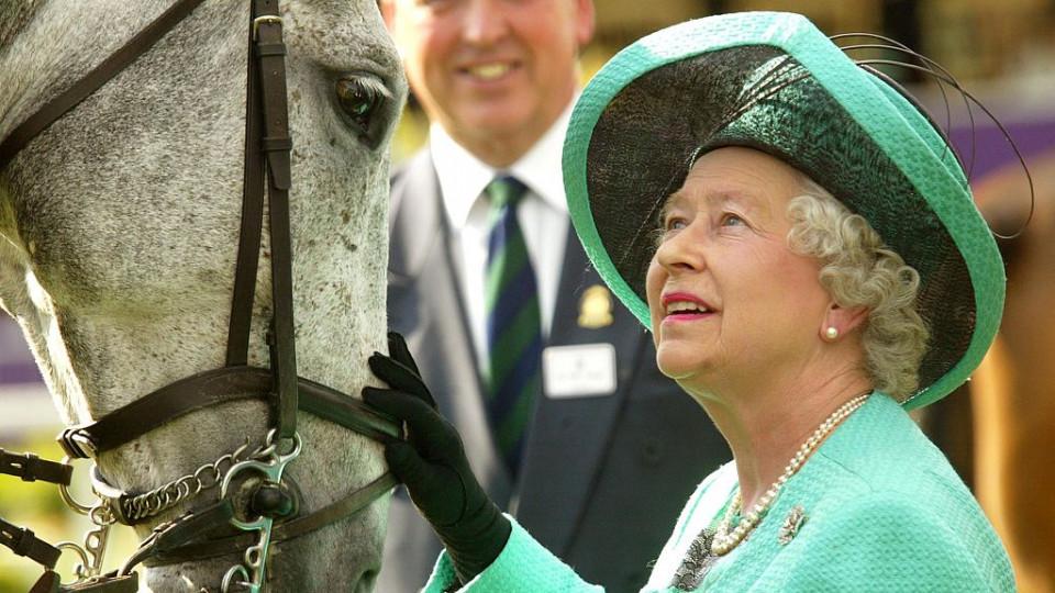 Почти на 91, но все така бърза и яростна - кралица Елизабет на кон