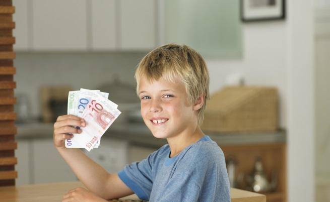 Испанско момче раздаде на съученици спестяванията на дядо си