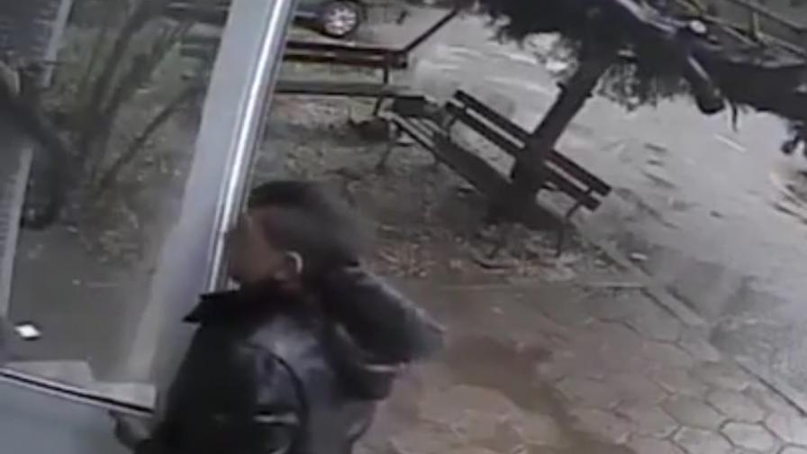 Абсурд в България – дете открадна врата на блок