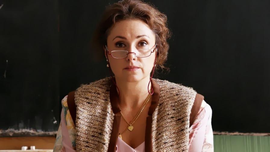 В главната роля на учителката е актрисата Зузана Маурери