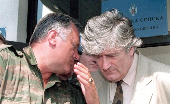 Ратко Младич (ляво) и Радован Караджич по време на войната в Босна.