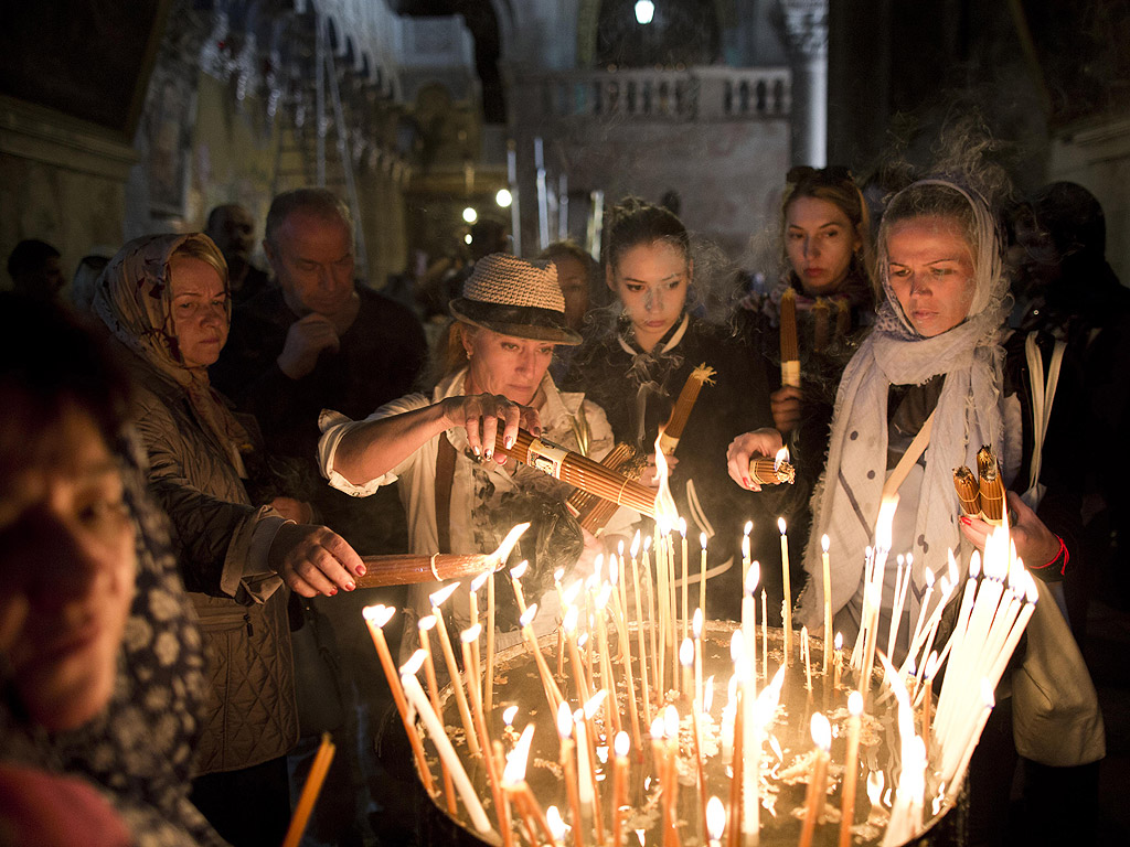 На страстна събота преди Великден в параклиса лумва Благодатният огън, от който си запалват свещите поклонниците и се отнася и до православните църкви по света.