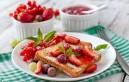 Да закусим пържени филийки с ягоди и мед
