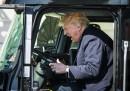Президентът на САЩ Доналд Тръмп се наслаждава на изживяването в шофьорската кабина на ТИР.