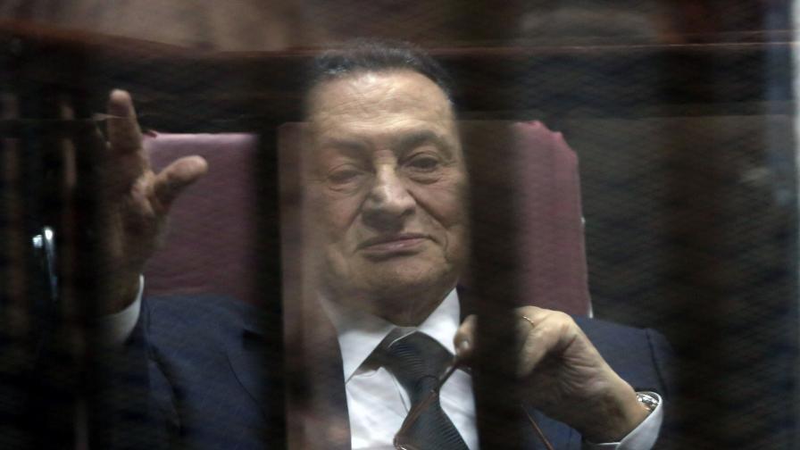 Хосни Мубарак по време на процеса срещу него