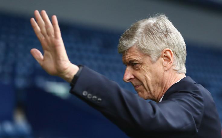 Венгер убеден, че Йозил и Санчес ще останат в Арсенал