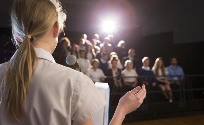 Поканен/а си да изнесеш лекция пред студенти за събитията в страната преди 25 години, но в залата никой не ти обръща внимание. Как ще спечелиш интереса им?